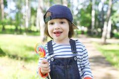 Ritratto dei 2 anni felici di ragazzo con il lecca lecca Immagini Stock Libere da Diritti