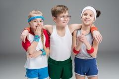 Ritratto dei bambini attivi sorridenti in abiti sportivi Fotografie Stock