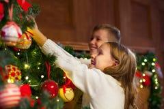Ritratto dei bambini felici che decorano l'albero di Natale Famiglia, chr fotografie stock