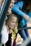 Ritratto dei bambini sulla strumentazione del campo da giuoco fotografia stock libera da diritti