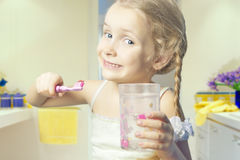 Ritratto dei denti caucasici di pulizia della bambina fotografia stock
