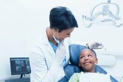 Ritratto dei denti d'esame sorridenti dei ragazzi del dentista femminile immagini stock libere da diritti