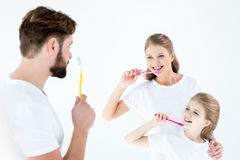 Ritratto dei denti felici di pulizia della famiglia con gli spazzolini da denti immagini stock libere da diritti