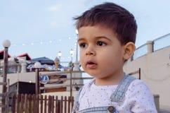 Ritratto dei due anni svegli di buio del ragazzo sentire fotografia stock libera da diritti