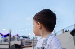 Ritratto dei due anni svegli di buio del ragazzo sentire fotografia stock