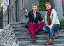 Ritratto dei fratelli gemelli alla moda alla moda che si siedono sullo sta Fotografia Stock Libera da Diritti