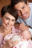 Ritratto dei genitori che alimentano bambino appena nato nel paese Fotografie Stock Libere da Diritti