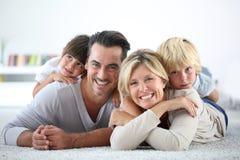 Ritratto dei genitori e dei bambini che si trovano sul pavimento Immagine Stock Libera da Diritti