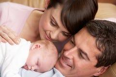 Ritratto dei genitori fieri con il bambino appena nato Fotografie Stock Libere da Diritti