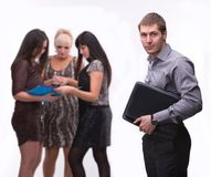 Ritratto del giovane con il computer portatile con il gruppo di persone Immagine Stock