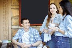 Ritratto dei giovani felici in una riunione Giovani progettisti che lavorano insieme su un progetto creativo Fotografia Stock