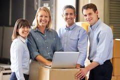 Ritratto dei lavoratori nel magazzino di distribuzione Immagine Stock Libera da Diritti