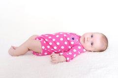 Ritratto dei 2 mesi adorabili della neonata n di tuta di rosa Immagini Stock Libere da Diritti