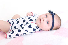Ritratto dei 2 mesi adorabili di neonata Fotografie Stock Libere da Diritti