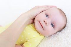 Ritratto dei 2 mesi adorabili di neonata con la mano delle madri Fotografie Stock