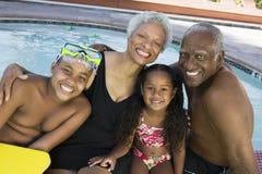 Ritratto dei nipoti con i nonni dalla piscina fotografie stock