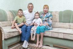 Ritratto dei nonni con i nipoti fotografie stock
