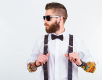 Ritratto dei pantaloni a vita bassa alla moda che tengono le sue bretelle Fotografia Stock Libera da Diritti