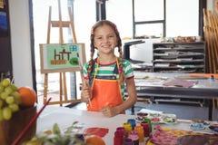Ritratto dei pennelli felici della tenuta della ragazza Fotografia Stock Libera da Diritti