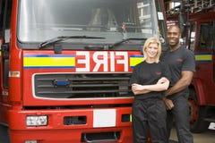 Ritratto dei pompieri che fanno una pausa un'autopompa antincendio immagine stock libera da diritti