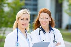 Ritratto dei professionisti femminili di sanità, infermieri Immagini Stock Libere da Diritti