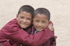 Ritratto dei ragazzi felici tibetani nel bianco Lotus School di Druk Ladakh, India Immagine Stock