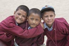 Ritratto dei ragazzi felici tibetani nel bianco Lotus School di Druk Ladakh, India Fotografia Stock