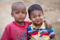 Ritratto dei ragazzi poveri birmani Mrauk U, Myanmar Fotografie Stock