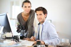 Ritratto dei reporter della foto che lavorano all'ufficio fotografie stock libere da diritti