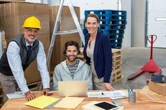 Ritratto dei responsabili e del lavoratore del magazzino che lavorano insieme fotografia stock libera da diritti