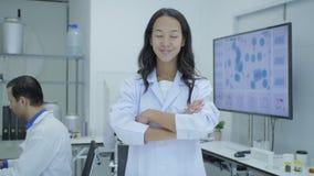 Ritratto dei ricercatori di ricerca medica che sorridono nel laboratorio video d archivio