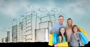 Ritratto dei sacchetti della spesa della tenuta della famiglia con le costruzioni nel fondo fotografia stock libera da diritti