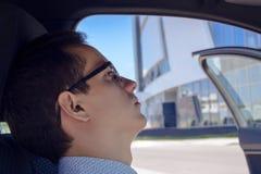 Ritratto dei vetri d'uso del giovane driver del tipo fotografie stock libere da diritti