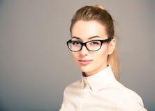 Ritratto dei vetri d'uso della donna di affari Fotografie Stock
