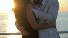 Ritratto del bachata latino ballante delle giovani coppie attraenti vicino al mare o all'oceano Fondo di luce solare Ora legale,  stock footage