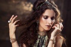 Ritratto del ballerino tribale, bella donna nello stile etnico su un fondo strutturato fotografia stock