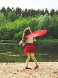 Ritratto del ballo sveglio della ragazza con la sciarpa rossa al fiume Fotografie Stock