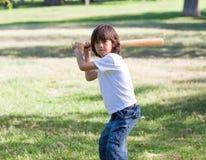 Ritratto del bambino adorabile che gioca baseball immagine stock