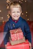 Ritratto del bambino adorabile con i contenitori di regalo Natale Compleanno Fotografie Stock Libere da Diritti