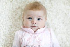 Ritratto del bambino adorabile sveglio del neonato fotografie stock
