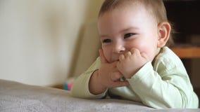 Ritratto del bambino affascinante triste con il dito nella sua bocca stock footage