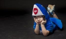 Ritratto del bambino con il costume dello squalo del bambino in studio Fotografie Stock