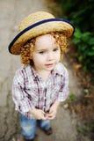 Ritratto del bambino dai capelli rossi riccio in un cappello Fotografia Stock Libera da Diritti