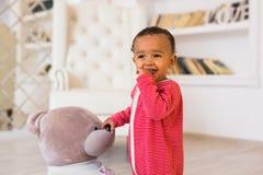 Ritratto del bambino della corsa mista a casa fotografie stock libere da diritti