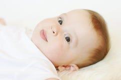 Ritratto del bambino di menzogne adorabile Fotografie Stock