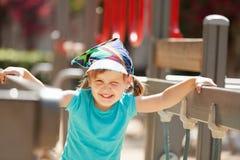 Ritratto del bambino di risata al campo da giuoco Fotografia Stock