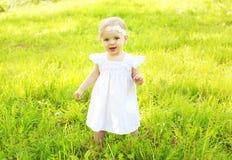 Ritratto del bambino sveglio che cammina sull'erba immagine stock