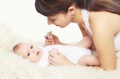 Ritratto del bambino sveglio con la giovane mamma a casa Fotografie Stock Libere da Diritti