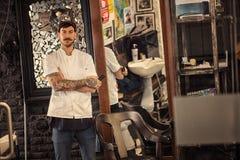 Ritratto del barbiere dei pantaloni a vita bassa fotografie stock libere da diritti
