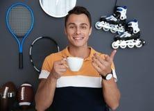 Ritratto del blogger di sport con la tazza di caffè immagini stock libere da diritti